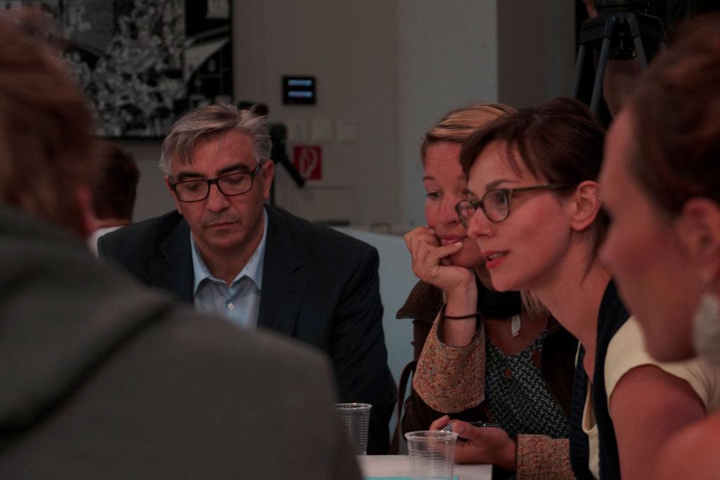 """Rege und konstruktive Diskussionen an den drei Themen-Tischen """"Medienkultur"""", """"Medienpolitik"""" und """"Medienwirtschaft""""."""