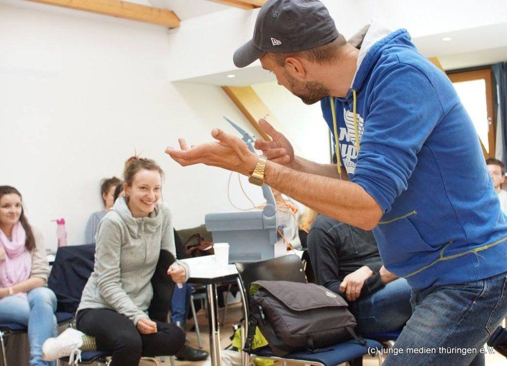 Regisseur und Autor Florian Gottschick im Regie-Workshop mit Studierenden und jungen Filmemachern aus dem junge medien thüringen e.V.