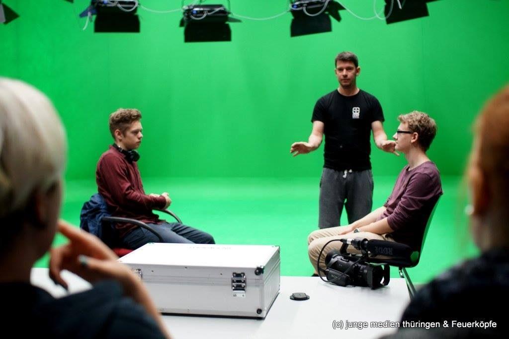 Ben Erdenberger von Gegenlicht Design erklärt unseren jungen Filmemachern im Green Screen Filmstudio des Studioparks Kindermedienzentrum Erfurt die Grundlagen der Ausleuchtung einer Szene und wie man künstlerisch Akzente mit Licht setzen kann.