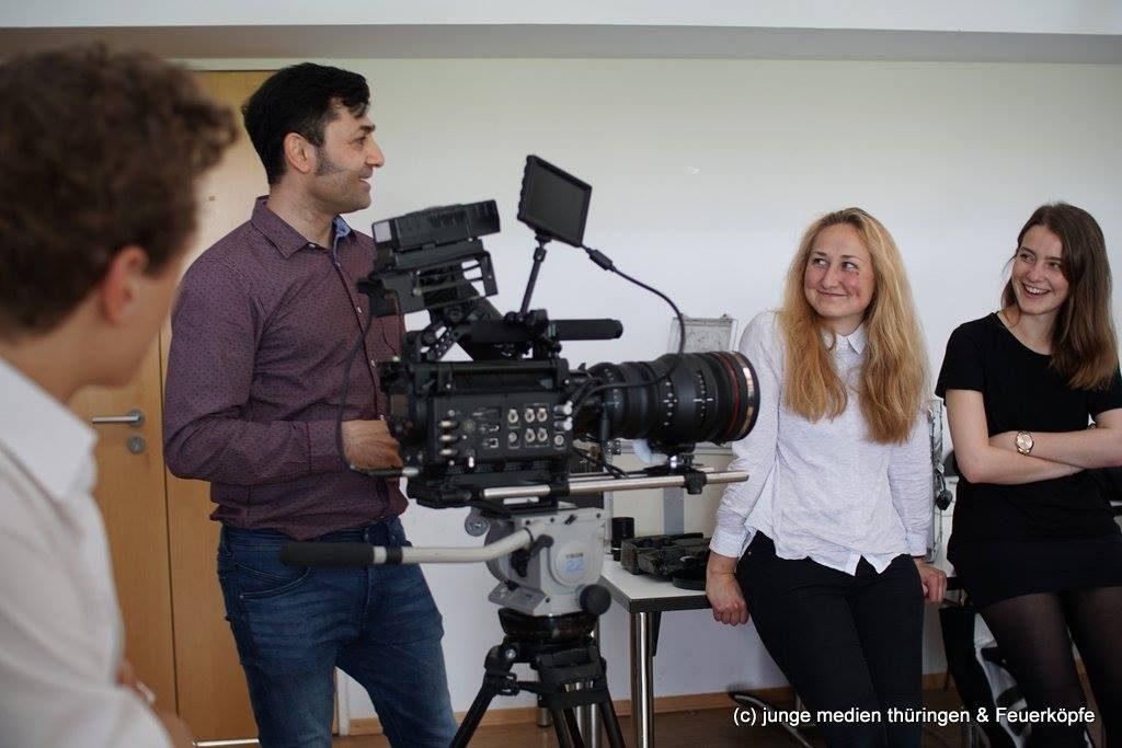 Kameramann und Regisseur Beston Zirian Ismael erklärt den jungen Medienmachern in unserem Workshop an der Universität Erfurt die Grundlagen der Kameratheorie praktisch an seiner RED-Kamera.